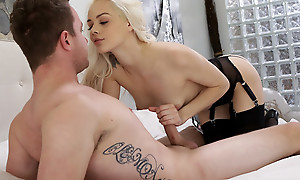 Cum hungry fair-haired Elsa Jean blindfolds her lover added to sucks his unearth before giving him a stiffie urgency in her bald pussy